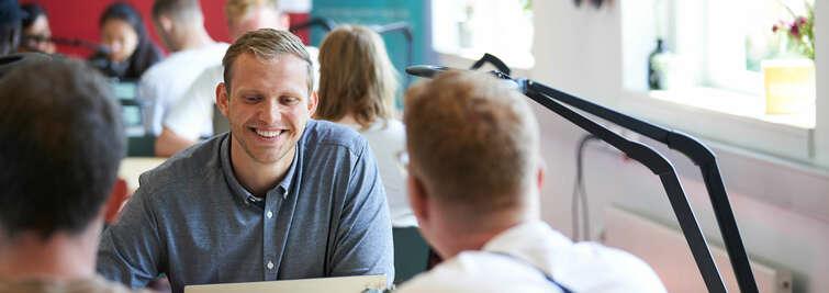 Smilende studerende i SCIENCE Innovation Hub